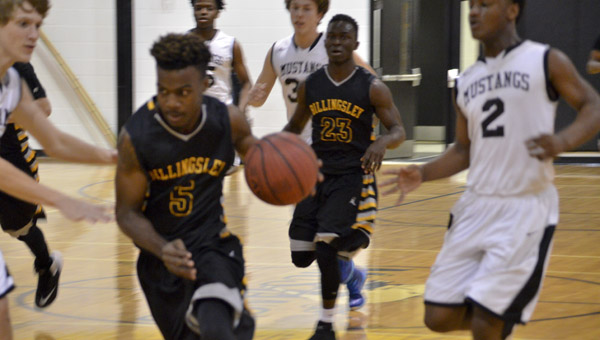 Larry Starks (center) of Billingsley slices through Isabella defenders Cornelius Stacy (right) and Michael Mathis on a fast-break opportunity at Isabella High School on Monday. (Photo by Anthony Richards / Advertiser)
